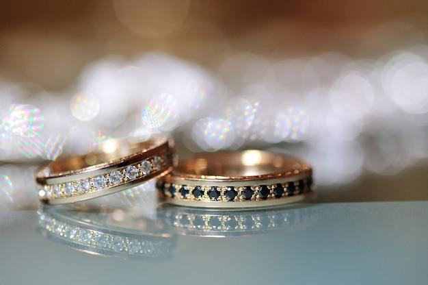 Alianças de casamento de ouro em cima da mesa