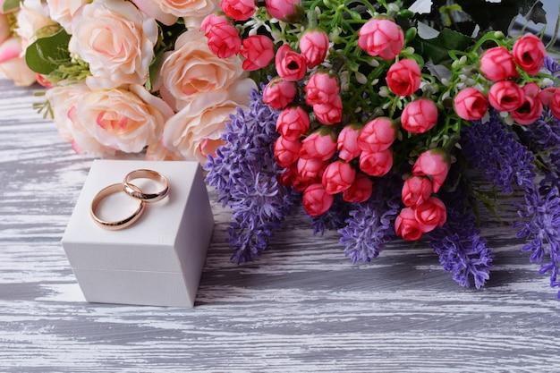 Alianças de casamento de ouro em uma caixa branca para recém-casados