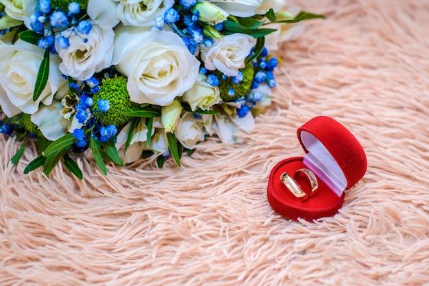 Alianças de casamento e bouquet de noiva