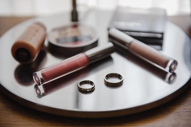 Alianças de casamento e cosméticos. detalhes do casamento.