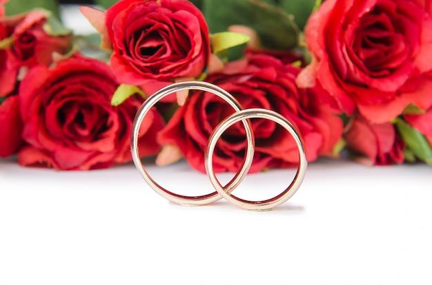 Alianças de casamento e flores