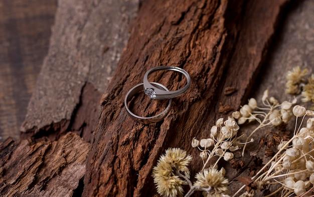 Alianças de casamento e madeira em vista superior