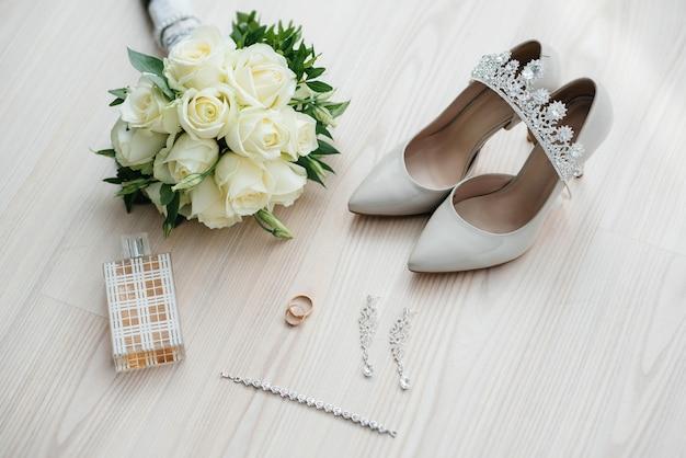 Alianças de casamento e outros acessórios close-up durante a reunião da noiva. casamento