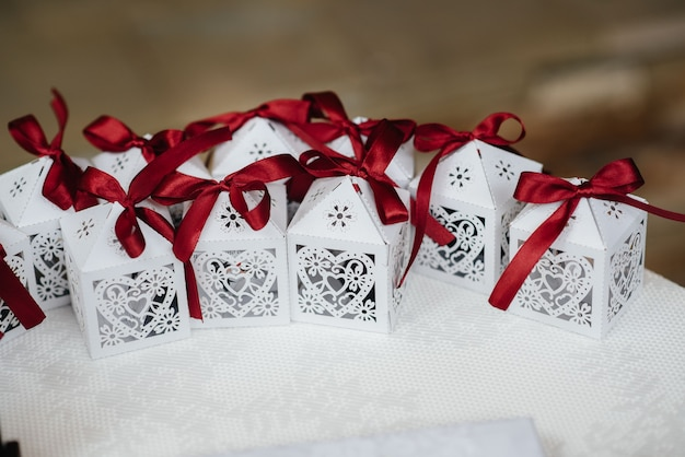 Alianças de casamento e outros acessórios em close-up durante o encontro da noiva