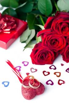 Alianças de casamento e rosa isolado