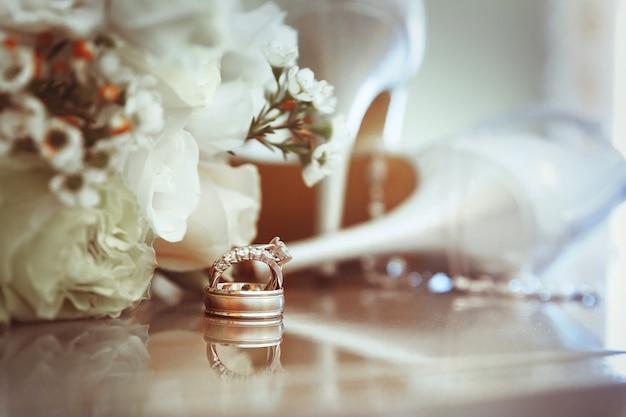 Alianças de casamento e sandália de salto alto