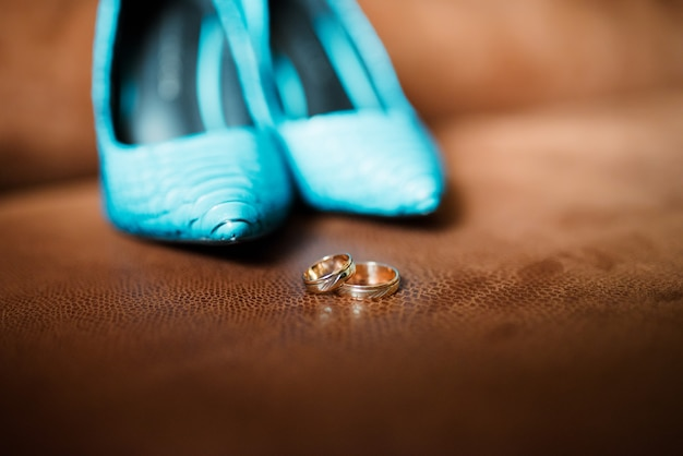 Alianças de casamento e sapatos femininos.