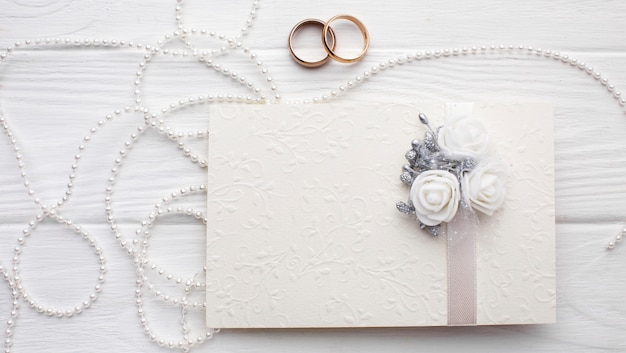 Alianças de casamento e selos com envelope de convite