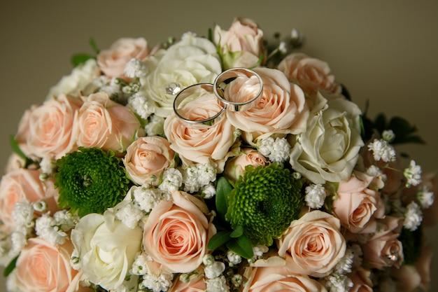 Alianças de casamento em buquê de casamento