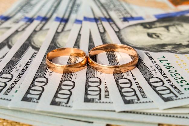 Alianças de casamento em dinheiro