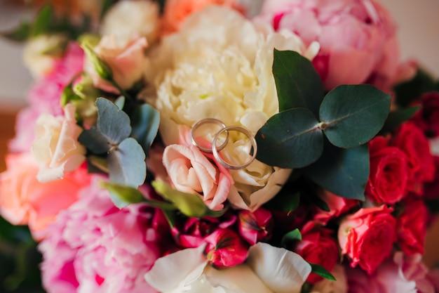 Alianças de casamento em flores