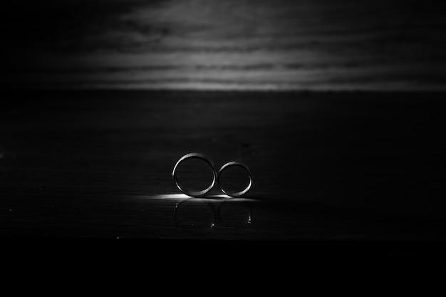 Alianças de casamento em preto e branco