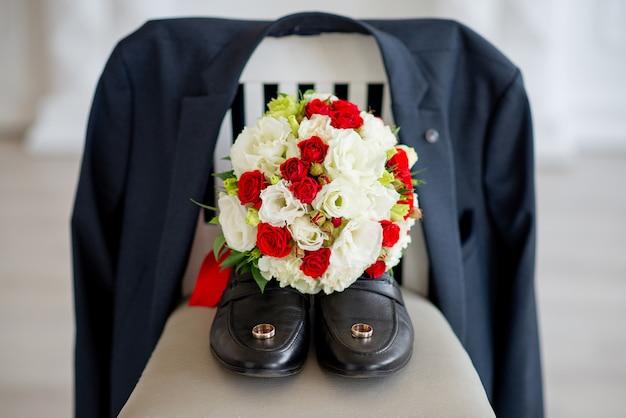 Alianças de casamento em sapatos