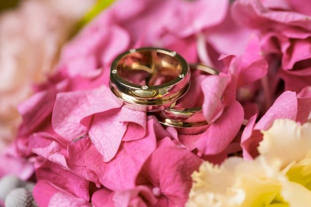Alianças de casamento em um buquê de flores