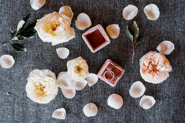 Alianças de casamento em uma caixa com flores e pétalas