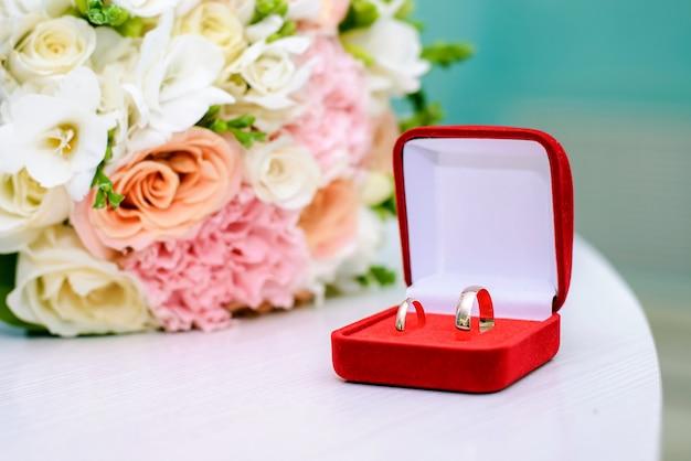 Alianças de casamento em uma caixa vermelha