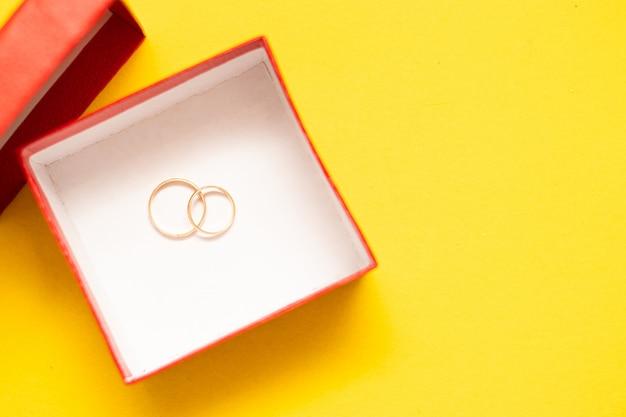 Alianças de casamento em uma caixa vermelha.