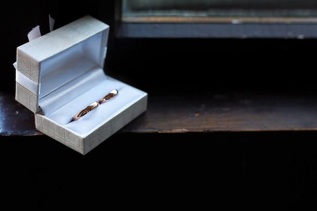 Alianças de casamento em uma caixa
