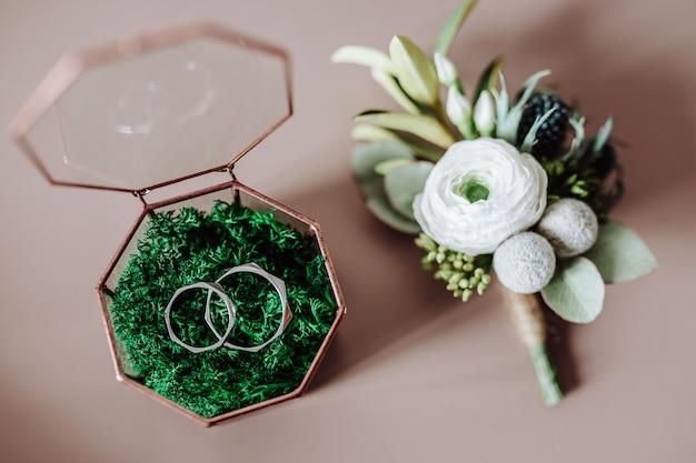 Alianças de casamento em uma linda caixa de vidro