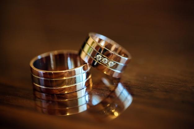 Alianças de casamento em uma mesa de madeira