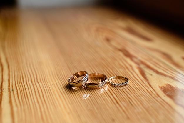 Alianças de casamento em uma superfície de madeira.