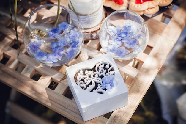 Alianças de casamento lindas em caixas de madeira brancas