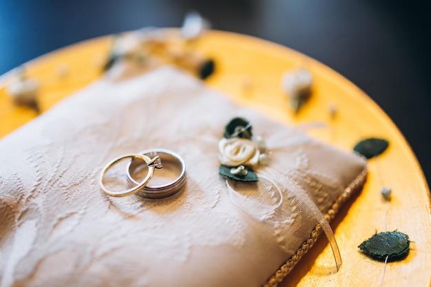 Alianças de casamento na almofada