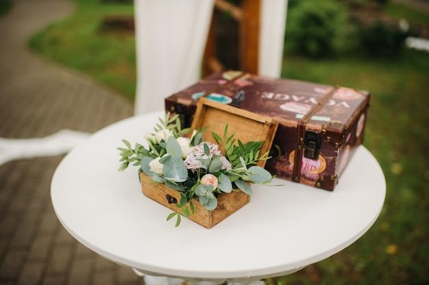 Alianças de casamento na caixa de joias na cerimônia de casamento.