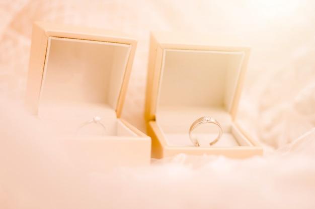Alianças de casamento na cama