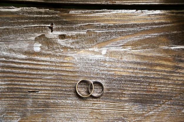 Alianças de casamento na textura de madeira