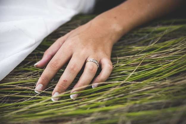 Alianças de casamento nas mãos de uma mulher apaixonada.