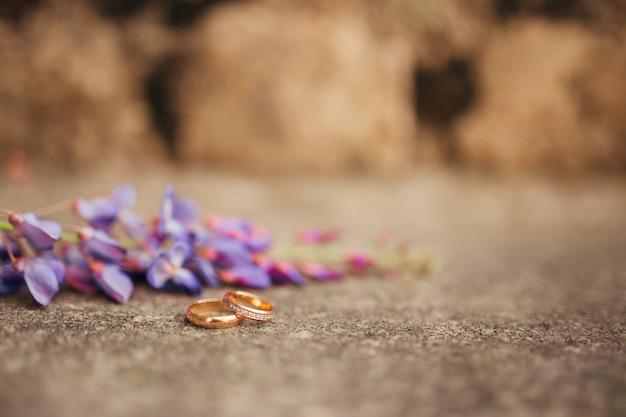 Alianças de casamento nas pedras da grama