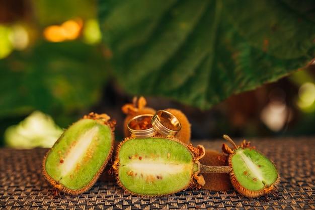 Alianças de casamento no corte de kiwi
