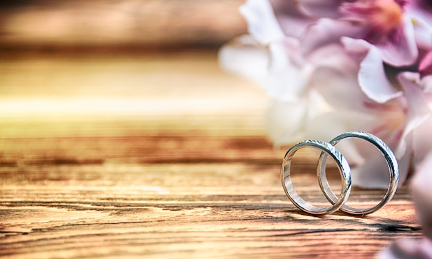 Alianças de casamento no fundo de madeira