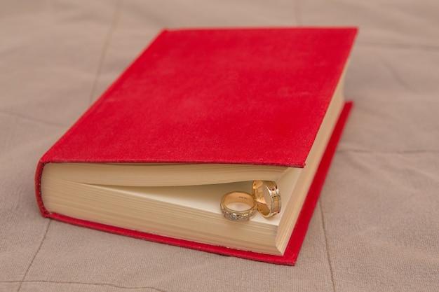 Alianças de casamento no livro vermelho de perto