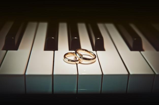 Alianças de casamento no piano