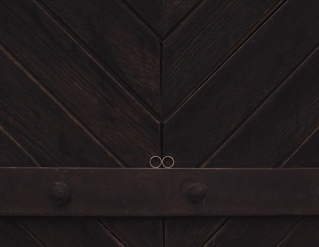 Alianças de noiva e noivo em madeira