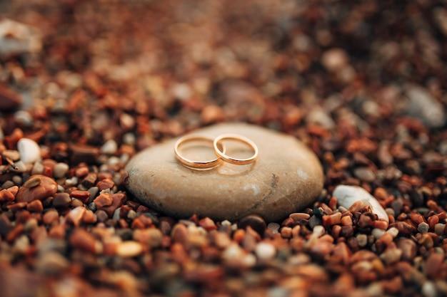 Alianças de noivos em seixos de praia