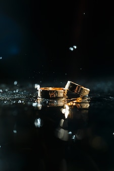 Alianças de ouro com respingos de água