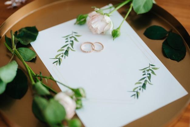 Alianças de ouro como um atributo do casamento de um jovem casal