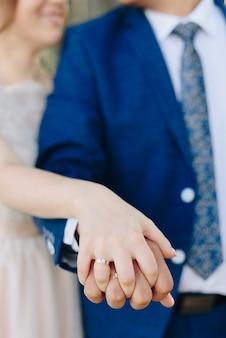 Alianças de ouro da noiva e do noivo close-up