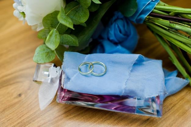Alianças de ouro para a noiva e o noivo.