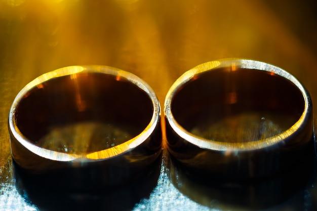 Alianças de ouro para noivos no dia do casamento