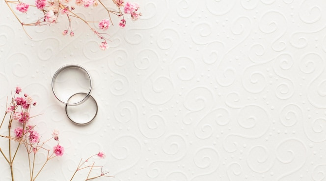 Alianças e flores de conceito de casamento de luxo