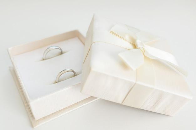 Alianças em caixa. anéis de luxo com diamantes na manhã do casamento. espaço para texto.