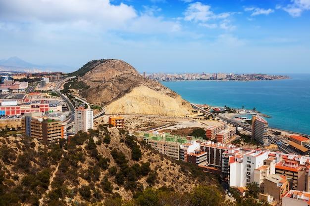Alicante do ponto alto em dia nublado. espanha