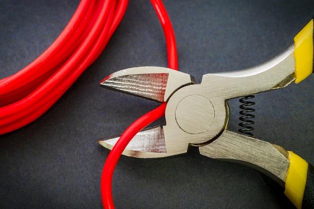 Alicate ferramenta corte vermelho fio elétrico closeup