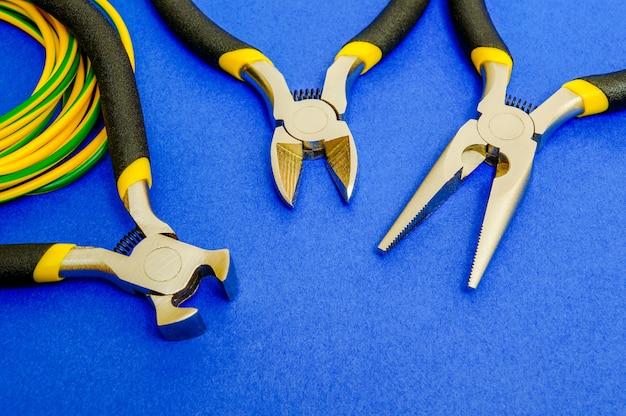 Alicate ferramenta e fios para eletricista closeup