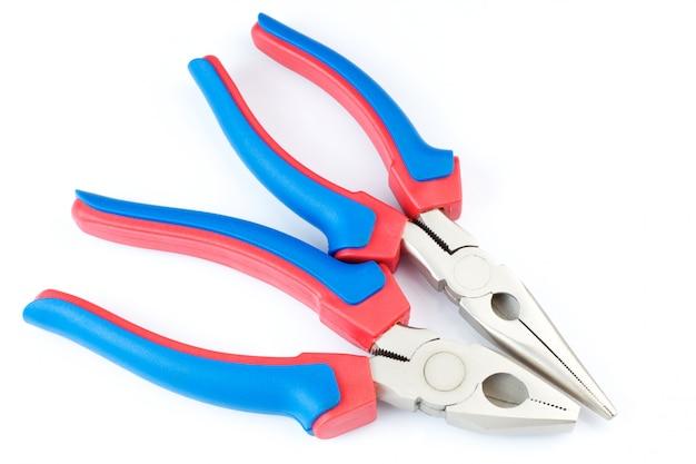 Alicates com alças vermelhas e tiras azuis isoladas