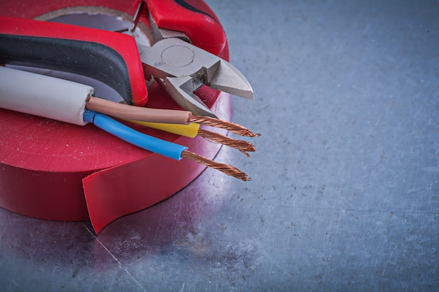 Alicates de corte de fita nsulation vermelho fios elétricos, conceito de construção